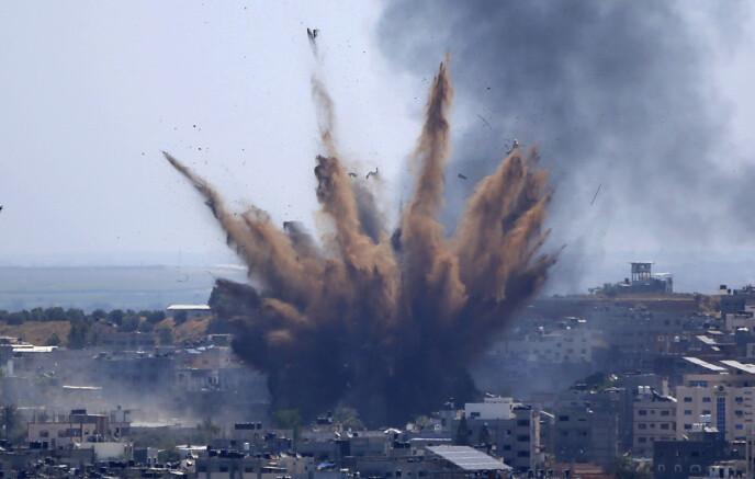 KRAFTIG BOMBE: Det blir ikke mye eid-feiring for palestinerne i Gaza. Her går røyken opp mot himmelen etter et israelsk bombeangrep torsdag. Foto: Ap / NTB