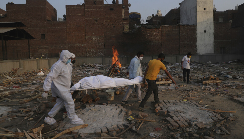 INDIA: Familiemedlemmer og frivillige bærer en død person til kremasjon i New Delhi, India. Bildet er tatt 11. mai 2021. Foto: AP Photo/Amit Sharma / NTB