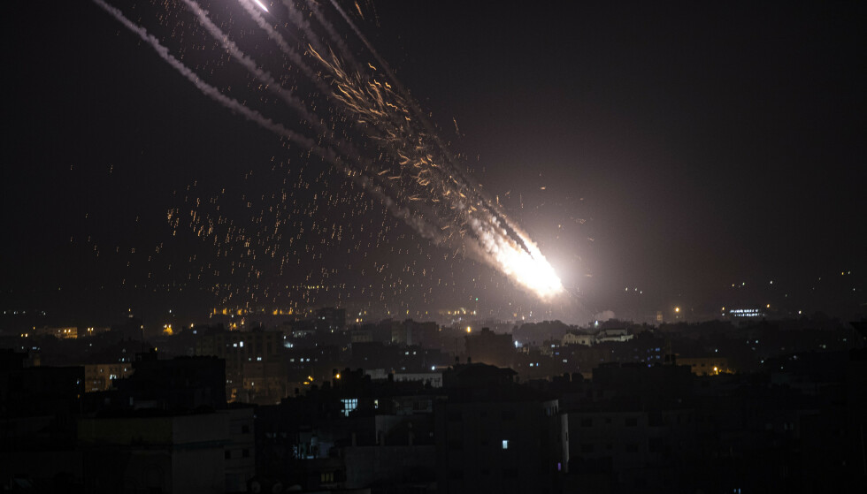 OMFATTENDE ANGREP: Hamas og andre militante grupper har de siste dagene avfyrt over 1600 raketter fra Gazastripen. To videoer postet av statsminister Benjamin Netanyahus talsmann Ofir Gendelman, som hevdet at de viste raketter som ble skutt ut fra et boligområde, viser seg å være flere år gamle og fra Syria. Foto: AP / NTB