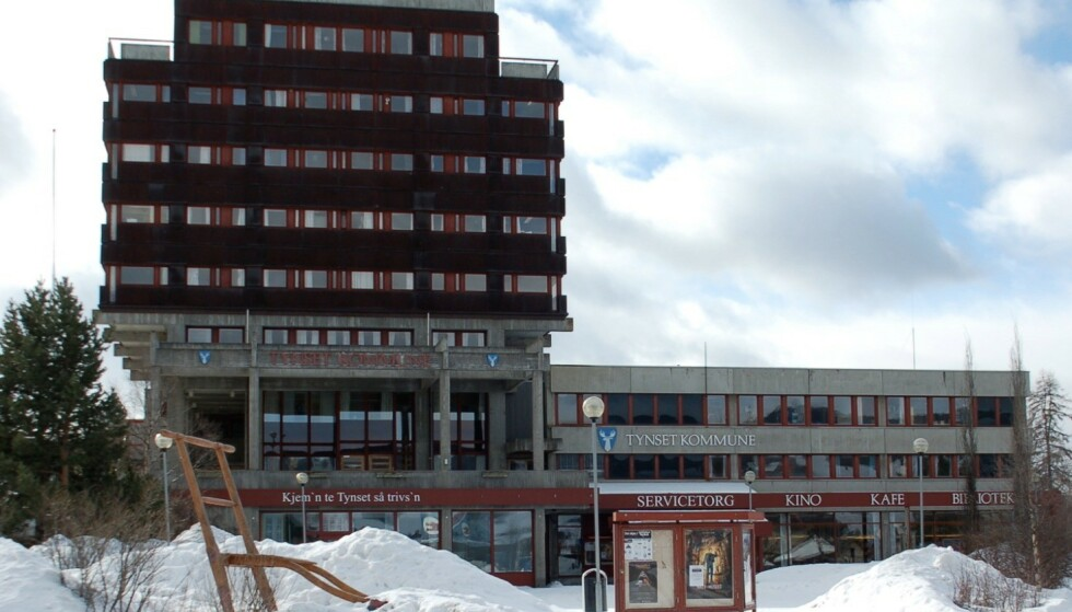 SOM LYN FRA KLAR HIMMEL: Plutselig er hver fjerde innbygger i Tynset i karantene - her kommunehuset. Foto: Wikimedia Commons.