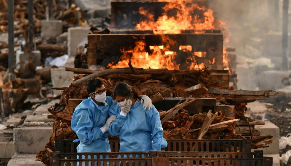 VERST RAMMET: I India raser coronapandemien for fullt, og landet omtales som det verst rammede i verden. Her sørger familiemedlemmer over tapet av en av sine kjære i Bengaluru i India fredag 13. mai. Foto: Samuel Rajkumar / Reuters / NTB