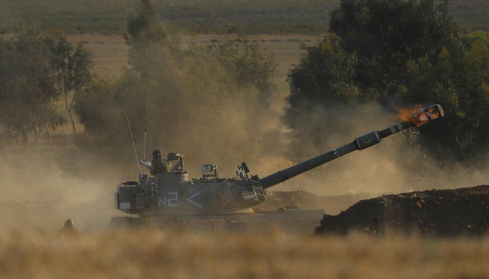 NYE ANGREP: Israelske artillerivogner åpnet torsdag ild mot flere mål på den tett befolkede Gazastripen. Foto: AP / NTB