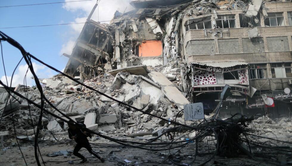 ENORME ØDELEGGELSER: Luftangrepene har medført flere bygnignskollapser på Gazastripen de siste dagene. Foto: Suhaib Salem / Reuters / NTB