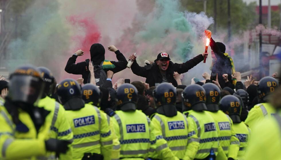 GLOHETT: Opprørspoliti la en jernring rundt Old Trafford i går. Foto: NTB