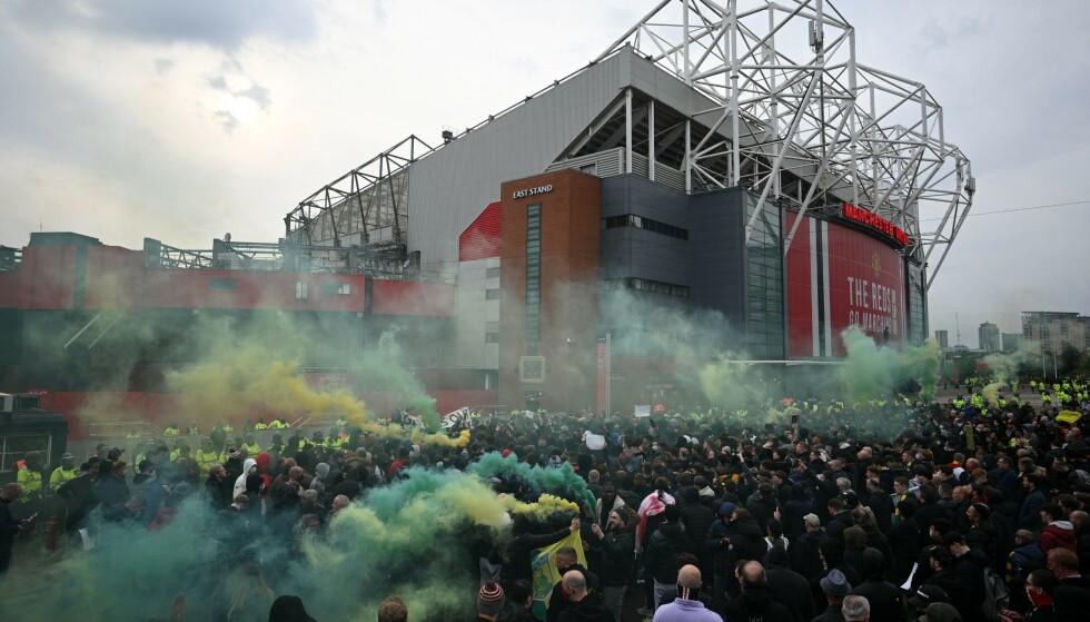 MASSER I BEVEGELSE: Flere tusen fans samlet seg utenfor Old Trafford før kampen mot Liverpool. Foto: NTB