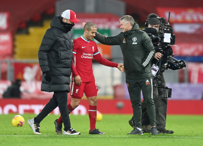 INNSER NEDERLAGET: Ole Gunnar Solskjær takker Thiago Alcantara og Jürgen Klopp for kampen. Foto: NTB