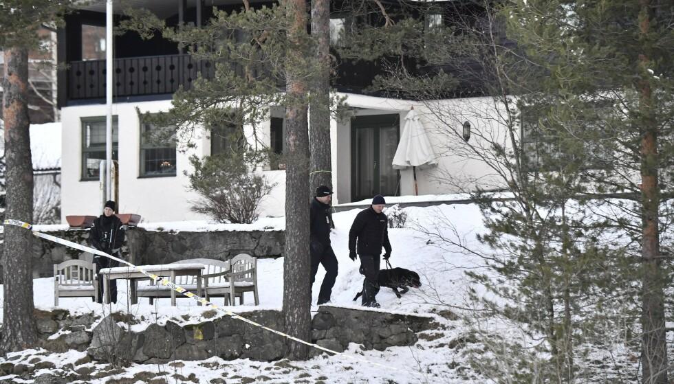 SØK: Politiet har saumfart boligen i Sloraveien 4. Her gjør politiet hundesøk i hagen i januar 2019. Foto: Lars Eivind Bones / Dagbladet