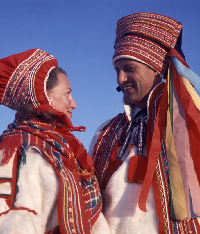 SAMEDRAKT: I 1969 besøkte Sonja og Harald Karasjok og mottok hver sin samedrakt i gave. Foto: Jan Dahl / NTB