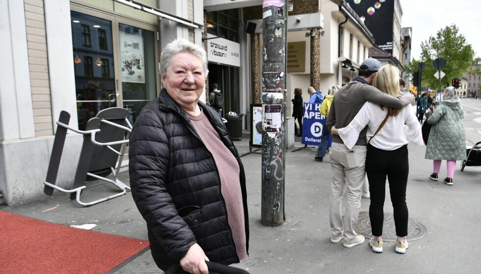 TRIST: Flere av de oppmøtte utenfor Vinmonopolet reagerer kraftig på de lange køene til Fattighuset. FOTO: LARS EIVIND BONES / DAGBLADET