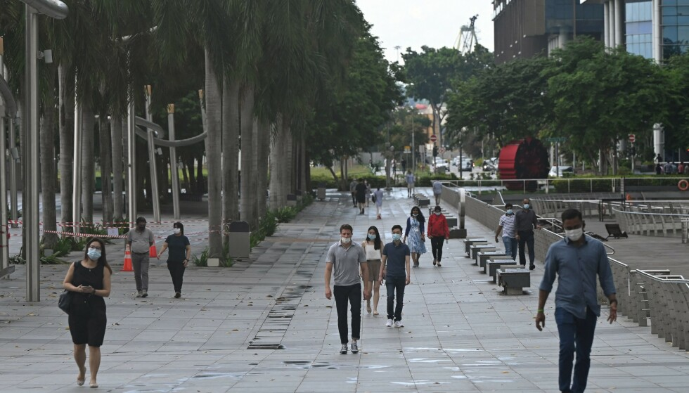 STRAMMER TIL: Livet har vært så å si tilbake til normalen i Singapore den siste tida. Ny smitteoppblomsting setter imidlertid er stopper for det. Foto: Roslan Rahman / AFP / NTB