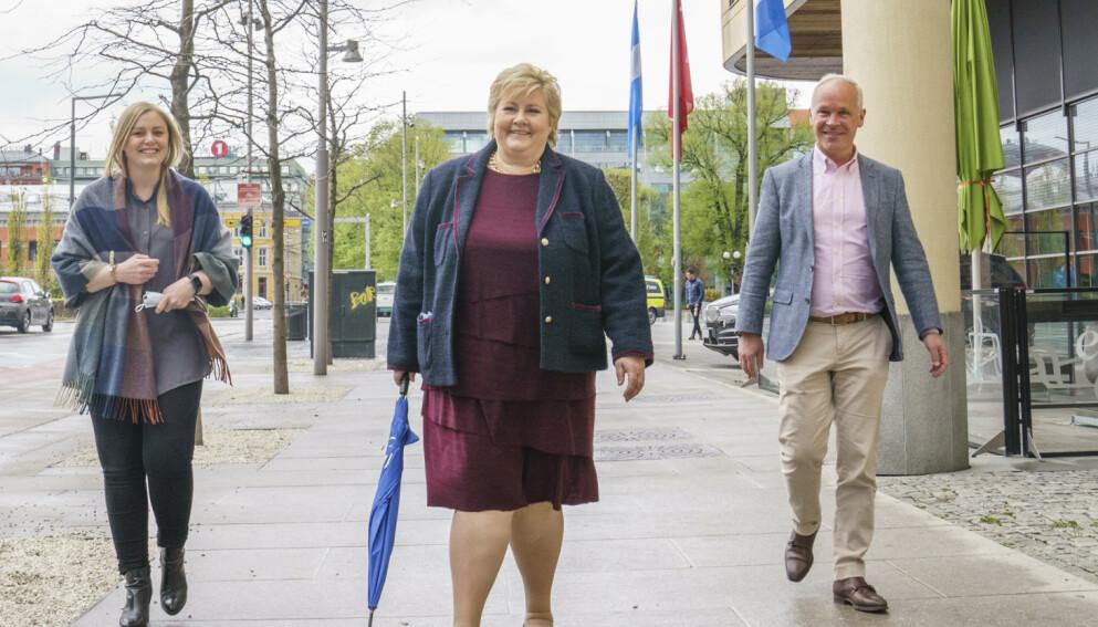 JOBBER: Erna Solberg tror valget blir avgjort av hvem folket tror kan skape flest jobber. Arbeiderpartiet vil bare reversere og har få egne ideer, er statsministerens dom. Foto: Torstein Bøe / NTB