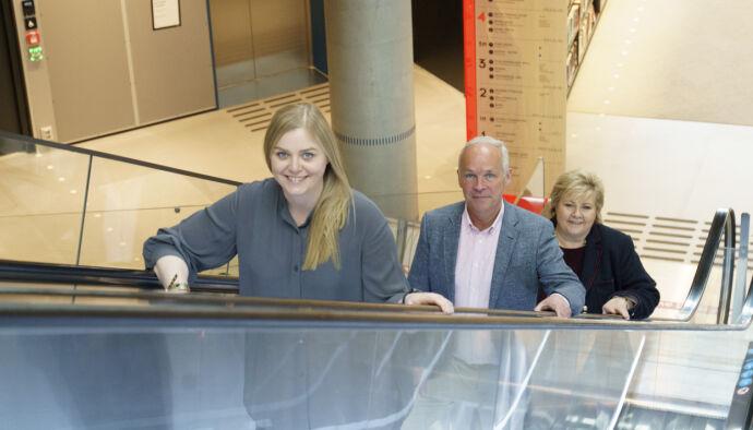 Latter: Tina Bru, John Dor Sunner og Erna Solberg skal le når de viser til påstandene fra Labour Vice President Bj னர் rn Schjrn om at Erna er sliten. Foto: Torstein P / NDP
