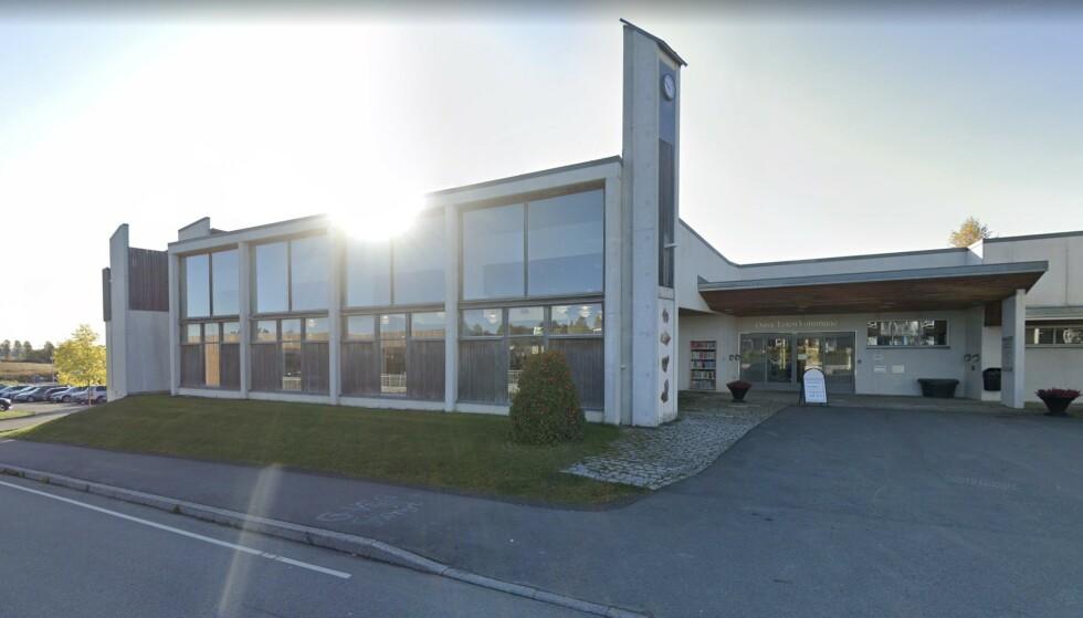 ØSTRE TOTEN KOMMUNE: Mange smittetilfeller kom brått etter to møter i menighet, her kommunens rådhus i Lena. Foto; Google Street View.