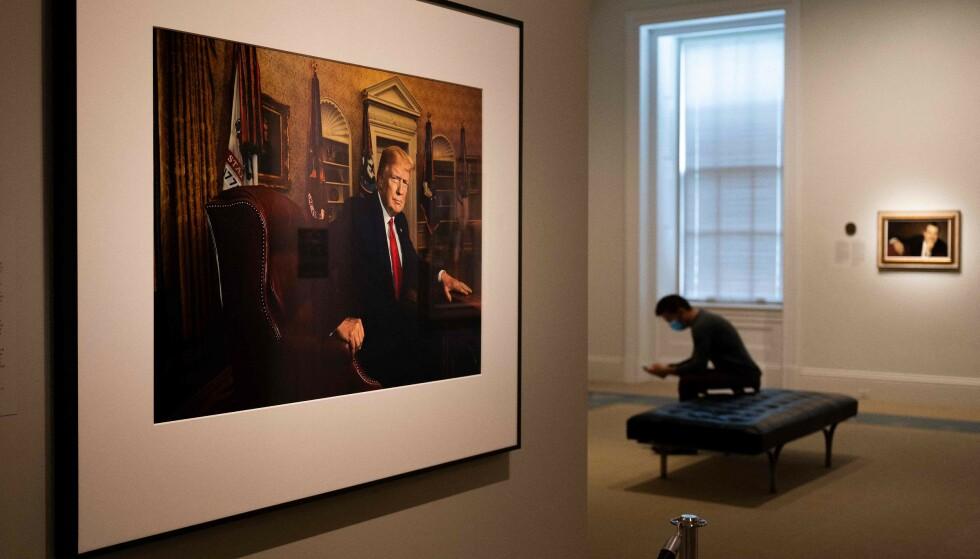 TRUMP-PORTRETT: Fredag denne uka ble portrettet av USAs tidligere president, Donald Trump, avduket ved National Portrait Gallery i Washington DC. Foto: NTB / Jim Watson / AFP