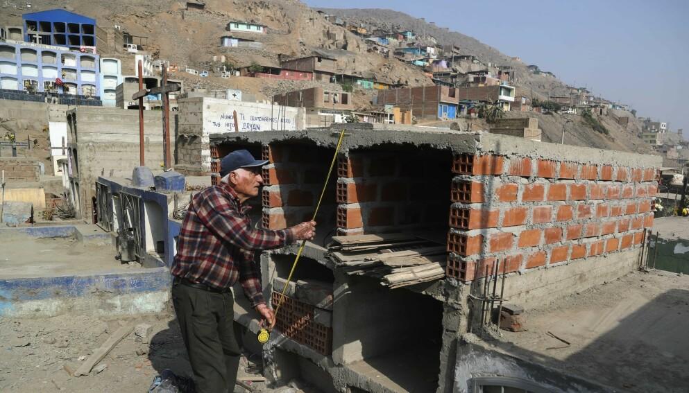 GRAVPLASS: Victor Coba (72) tar mål av gravplassen han bygger til seg selv, kona og fire andre familiemedlemmer i Lima, Peru. Han bestemte seg for å bygge gravene etter han fikk vite at to dusin av naboene hans hadde dødd av coronavirus. Foto: Martin Mejia/ AP/NTB.