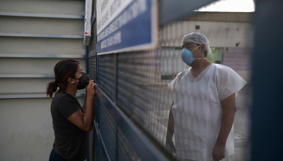 DØDLIG: Peru er inne i sin dødligste periode med coronaviruset. Denne kvinnen, Hellen Nanez, har mistet hele 13 familiemedlemmer som døde av viruset. Faren hennes blir nå behandlet for corona på intensivavdelingen. Foto: Alessandro Cinque/ Reuters/ NTB.