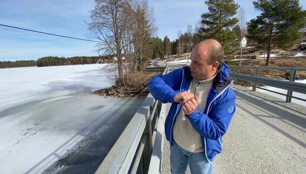 FIKK NOE PÅ KROKEN: Kaj Berger forklarer hvor han mener fiskesnøret festet seg. Foto: Øistein Norum Monsen / Dagbladet