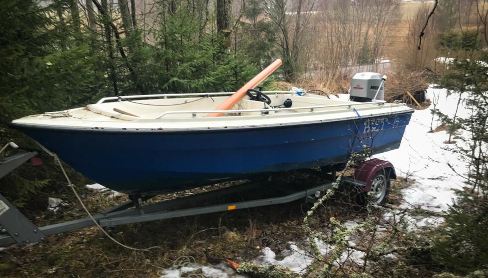 BÅTEN: Med hjelp fra folk som bor i området, klarte Dagbladet å spore opp båten som tipseren forklarte lå fortøyd under brua i Setten. Foto: Øistein Norum Monsen / Dagbladet