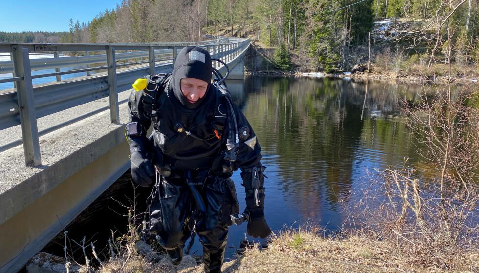 FANT INGEN: Magne Overrein er ferdig med dykket, og kunne rapportere om at han ikke hadde funnet noen i tjernet. Foto: Øistein Norum Monsen / Dagbladet