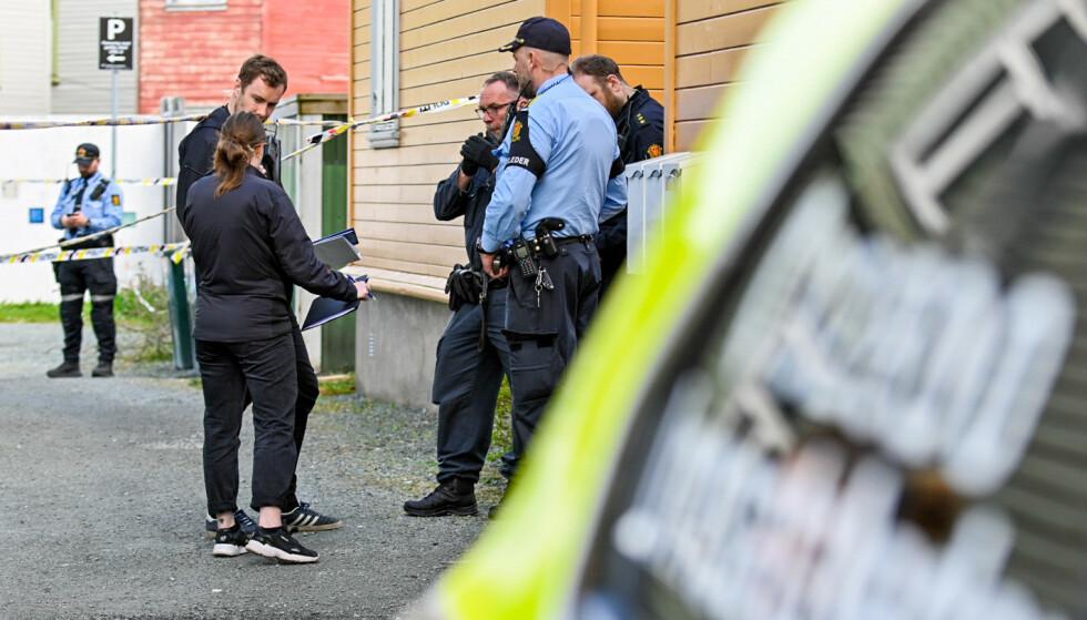 ETTERFORSKER DRAP: Politiet gjør undersøkelser etter at en mann ble funnet død i en leilighet i på Lademoen i Trondheim lørdag morgen. En mann er pågrepet på stedet. Foto: Joakim Halvorsen / NTB
