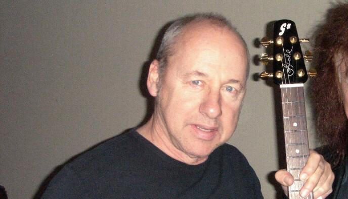 GITARHELT: Mark Knopfler, Dire Straits-helten, med en av sine G-sharp-gitarer. Foto: G-sharpguitars