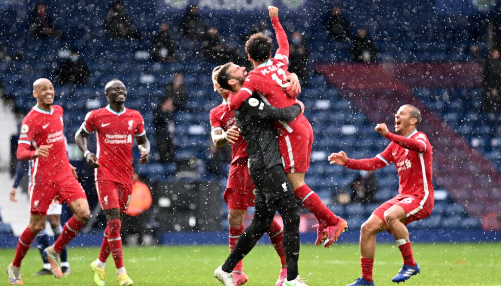 HYLLET: Liverpool-spillerne omfavnet matchvinner Alisson etter den utrolige scoringen. Foto: Laurence Griffiths/Reuters