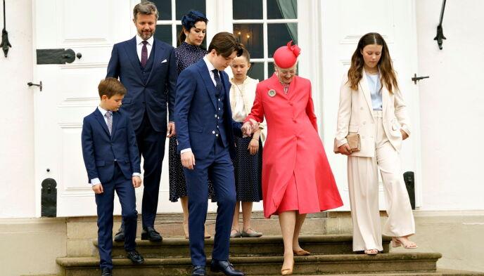 KONFIRMANT: Selv på sin egen store dag, var prins Christian mer enn behjelpelig da dronninga skulle gå i trappene. Foto: Keld Navntoft / Ritzau Scanpix / Reuters / NTB