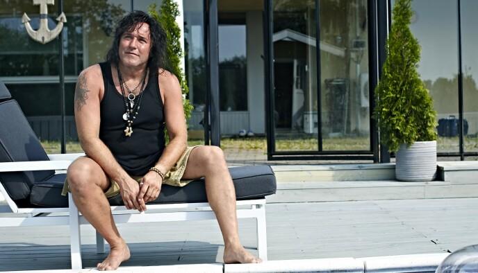- REDDET: - Jeg vet ikke hvor mange gitarer jeg har tatt med til Øivin Fjeld. Han har reddet meg og mange musikere, sier Åge Sten Nilsen. Foto: Geir Dokken