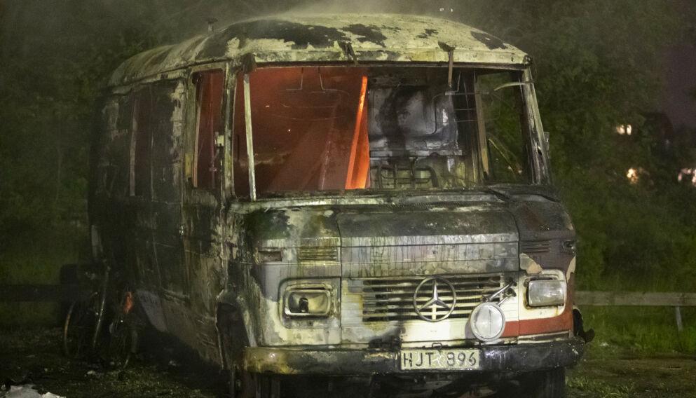 BRANN FLERE STEDER: Biler og campingvogner ble påsatt flere steder i den svenske byen Eskilstuna natt til mandag. Foto: Per Karlsson / TT / NTB