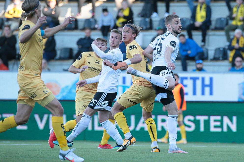 FOR MANGE: Bodø/Glimt kom stadig i overtall på venstrekanten hjemme mot Rosenborg. Her er det Fredrik Bjørkan, Ulrik Saøltnes og spissen Erik Botheim som plager gjestenes forsvar med aggressiviteten sin. Bare flaks gjorde at RBK klarte 2 - 2. FOTO:Mats Torbergsen / NTB