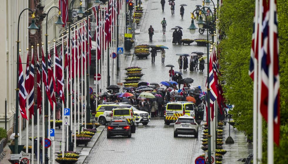 SPERRINGER: Politiet sperrer av deler av Karl Johans gate. Foto: Lise Åserud / POOL / NTB