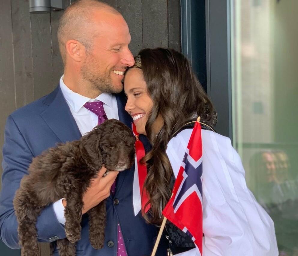 17. MAI: Flere norske kjendiser delte bilder i anledning 17. mai. Amalie Iuel delte blant annet et bilde fra i fjor sammen med kjæresten Aksel Lund Svindal og hunden Molly. Foto: Amalie Iuel / Instagram