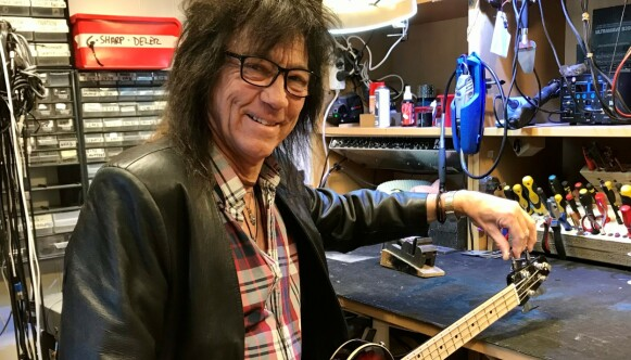 GITARMEKKA: - Unni Wilhemsen har besøkt meg i gitarverkstedet, og hun tok dette bildet, sier Øivin Fjeld. Foto: Unni Wilhelmsen