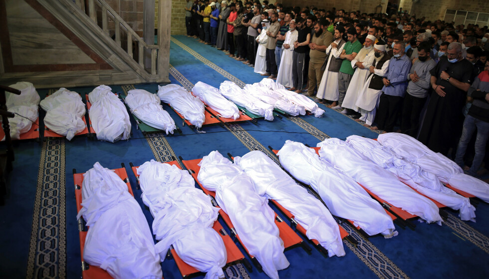 DØDE: Palestinere sørger over 17 personer som ble drept i et bombeangrep søndag. Foto: Sanad Latifa / AP Photo / NTB