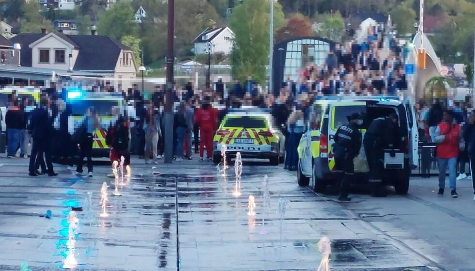 FULLT KAOS: Flere hundre ungdommer samlet seg på Stortorget i Fredrikstad 17. mai. Foto: Andreas Utberg Andersen / Utrykningsnytt