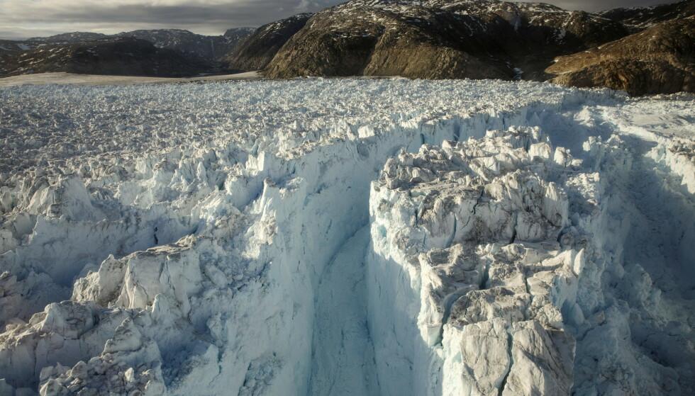 SMELTER: Forskere mener at det kommer til å være umulig å stanse smeltingen av innlandsisen på Grønland. Det vil føre til at havet stiger. Foto: Lucas Jackson / REUTERS