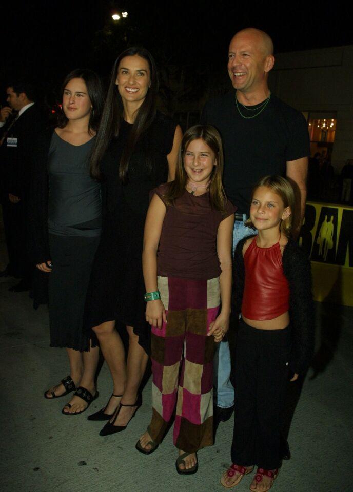 DEN GANG DA: Demi Moore og Bruce Willis med sine tre døtre i 2001. Yngstedattera Tallulah er som snytt ut av nesa på faren sin. Foto: Bei/REX/NTB