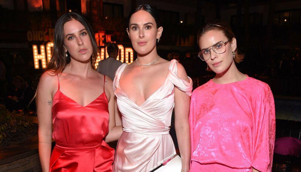 KJENDISBARN: Scout LaRue, Rumer og Tallulah Willis er døtrene til to av Hollywoods største stjerner. Mens søskenlikheten er tydelig, åpner sistnevnte seg opp om usikkerheten rundt eget utseende. Foto: Stewart Cook/Sony Pictures/Shutterstock/NTB