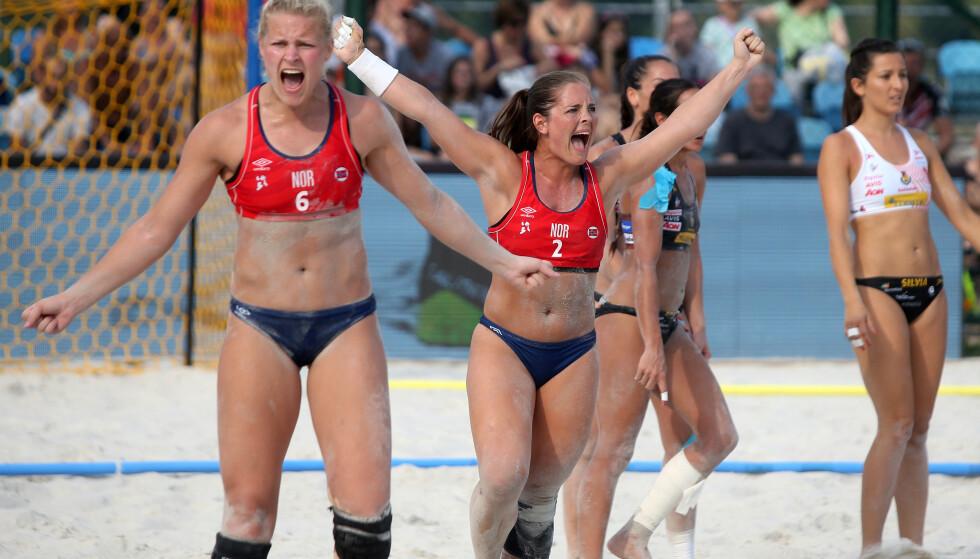 JUBEL: Det norske laget jublet da Det europeiske håndballforbundet (EHF) ville forandre klesreglene i beachhåndball. Foto: NTB