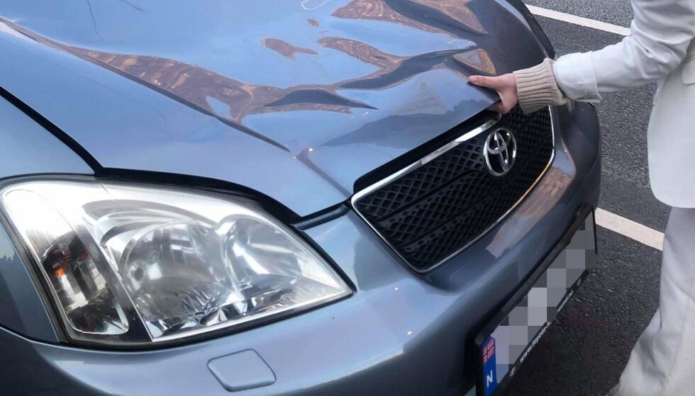 KUNNE IKKE LUKKES: Etter å ha sett om det var noen skader under panseret, fikk ikke Aashild Kanikeberg lukket igjen panseret på bilen. Foto: Privat
