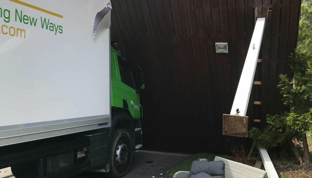 OVERBYGG RASTE: En lastebil kjørte inn i inngangspartiet til Vangseter-klinikken onsdag ettermiddag. Foto: Privat