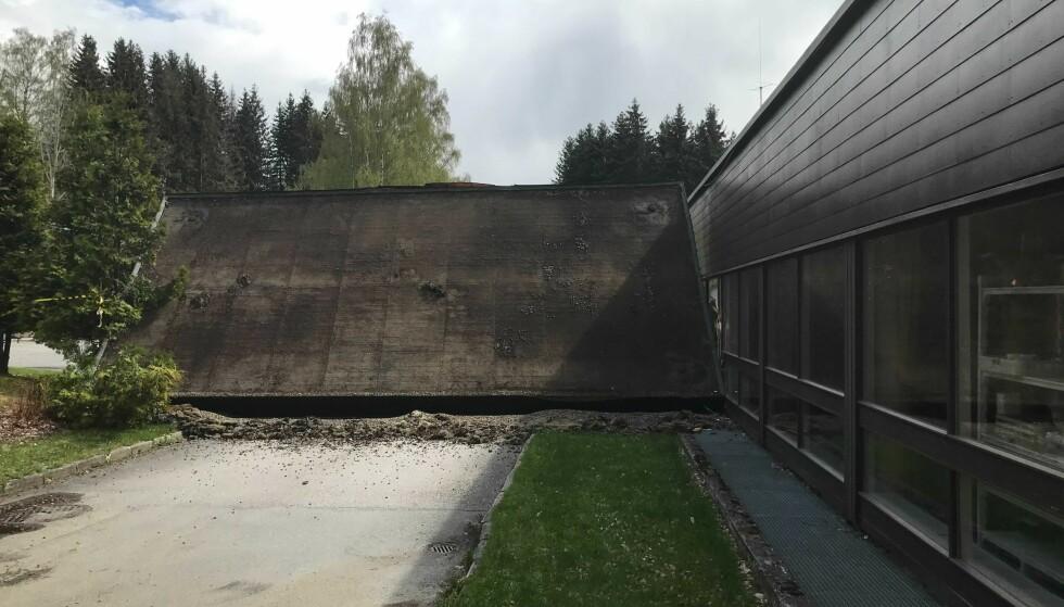 RASTE: Overbygget over inngangspartiet raste etter sammenstøtet. Foto: Privat