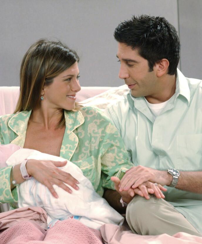 PAR: I serien blir Ross og Rachel gift, og sammen får de barnet Emma. Foto: Warner Bros. /Bright/Kauffman/Crane Pro/Kobal/REX/NTB