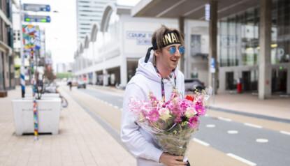 FLØRT: Andreas Andresen Haukeland, også kjent som Tix iført nytt pannebånd med påskriften «Finalist» har med seg blomster og hjerter til arenaen torsdag ettermiddag.Foto: Heiko Junge / NTB