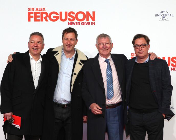 FAMILIE: Sir Alex Ferguson hadde med seg alle sønnene på premieren. Fra venstre: Darren, Mark og Jason. Sistnevnte har laget dokumentafilmen. Foto: NTB