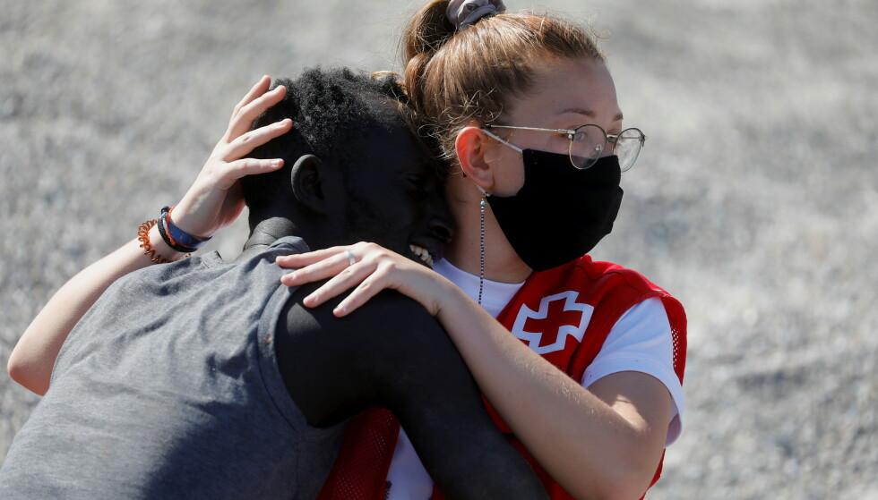 FØLELSESLADET: Mannen som ble møtt av Luna Reyes var utslitt, etter å ha nådd Ceuta. Foto: AP Photo / Bernat Armangue