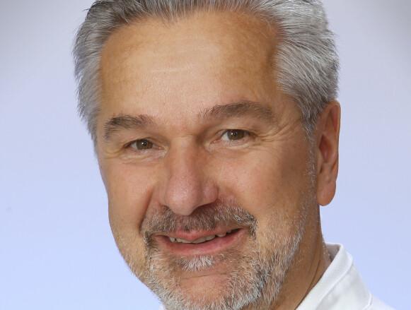 BEKLAGER: Den medisinke direktøren på sykehuset Norbert Fritsch beklager til mannen. Foto: OÖ Gesundheitsholding