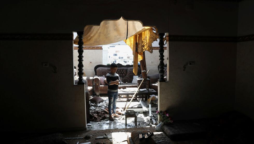 HISTORISK URETT: Å forså at palestinsk vold har sitt utspring i historisk urett, er ikke det samme som å forsvare den, skriver Dag Tuastad. Foto fra ødeleggelser etter et israelske luftangrep i nærheten av en boligbygning i Gaza: Adel Hana / AP / NTB