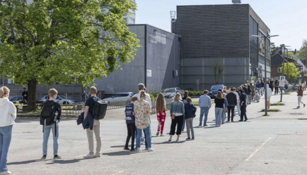 TESTREKORD: Det er lange testkøer utenfor teststasjonene i Kristiansand. Foto: Tor Erik Schrøder / NTB