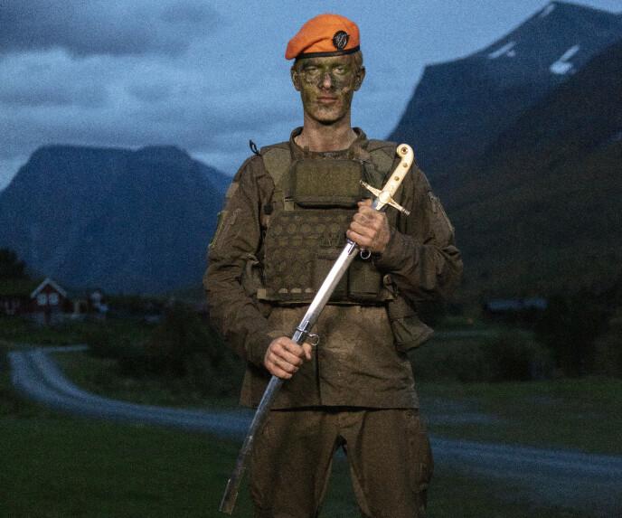 FIKK SVERD: «Kompani Lauritzen»-vinneren ble belønnet med dette sverdet etter lørdagens bragd. Foto: Matti Bernitz / TV 2